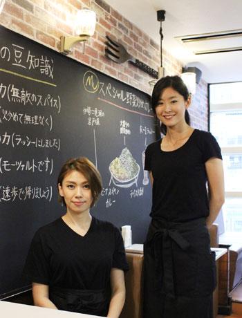 店長の須藤さんとスタッフの手塚さん。店内には大きな黒板があり健康長寿の豆知識などが書いてある。