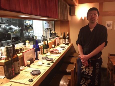 和食居酒屋「佐とう」店内にて、店長の佐藤さん。