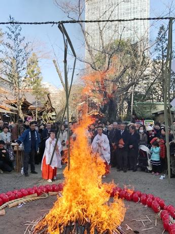 愛宕神社で「七草お火焚き祭」 無病息災願い、七草がゆ振る舞い