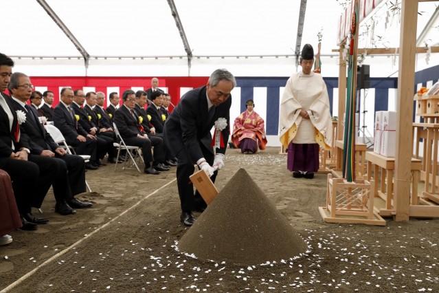 虎ノ門ヒルズエリア「グローバルビジネスセンター」構想 地鎮祭で鍬(くわ)入れの儀を行う、森ビルの辻慎吾社長