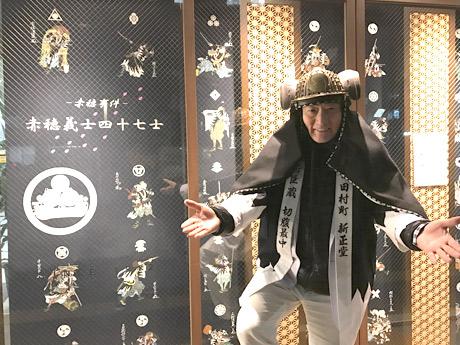 新橋の和菓子店「新正堂」、閉店後のロールスクリーンに赤穂浪士の装飾
