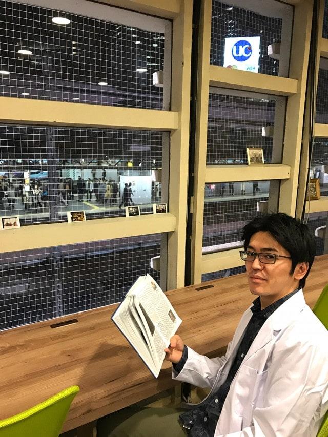 新橋駅が一望できるカウンター席に座る店長の馬嶋秀多さん。