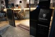 虎ノ門のカフェインチャージバーが夜営業開始へ 看板ロゴもヒゲ生やす