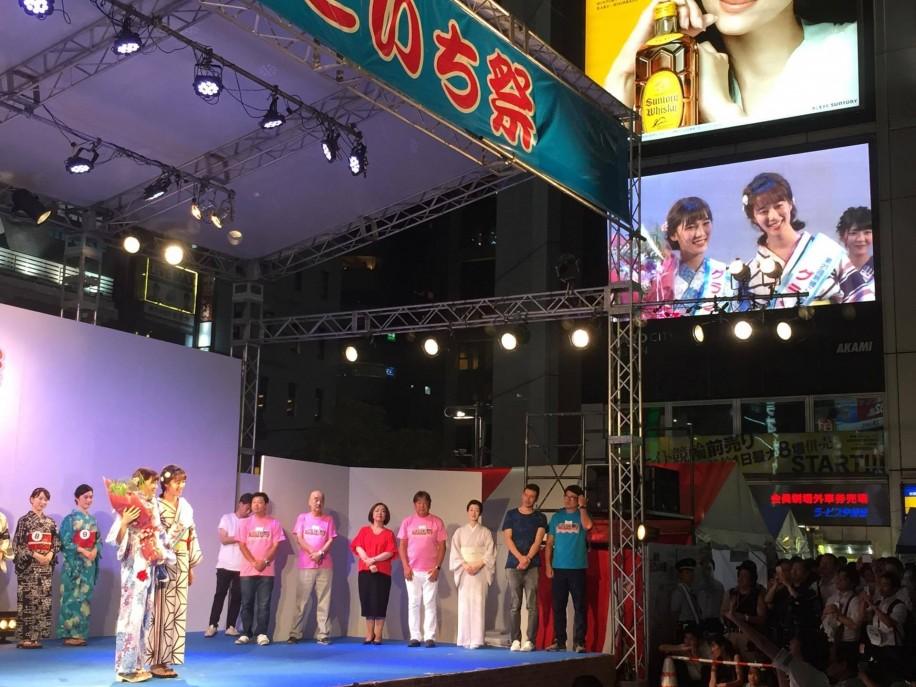画面に映るグランプリを受賞した大竹彩加さん(左)と昨年のグランプリ塗茂るなさん(右)