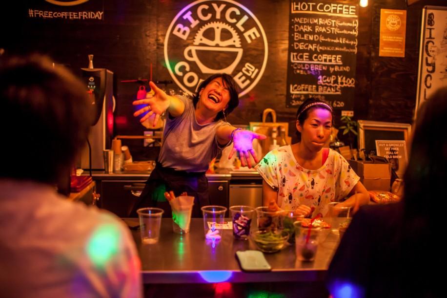 バーカウンターに立つ横田昌子さん(左)と、「ベジフル」の生田目広子さん(右)