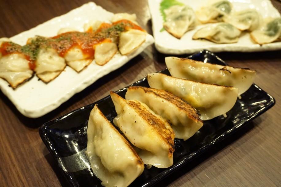 写真手前「たくちゃん餃子」、左から「たっぷりチーズ餃子」、「しそMAX餃子」