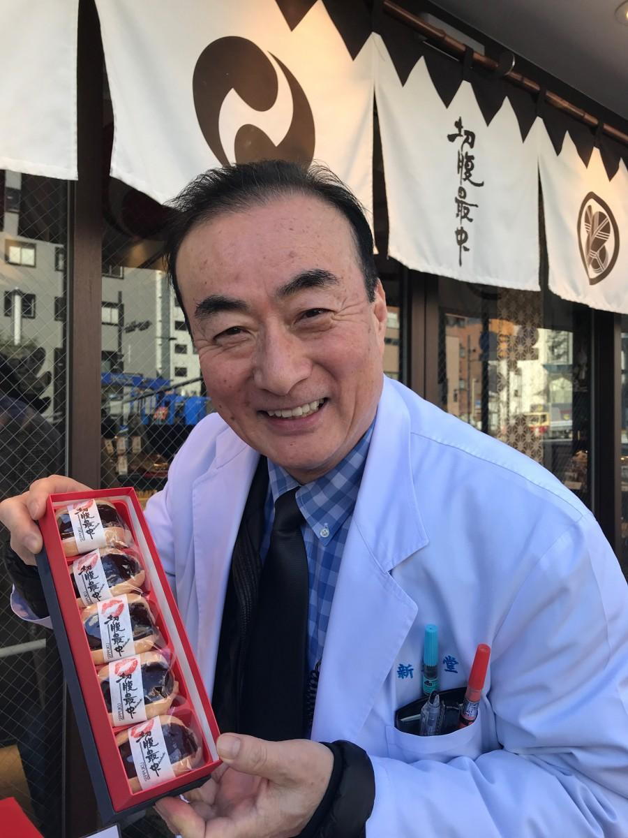 「接吻(せっぷん)最中」を持つ3代目店主・渡辺仁久社長