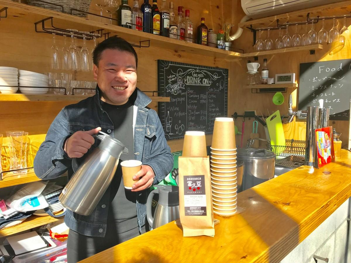 笑顔でコーヒーをいれる内田店長