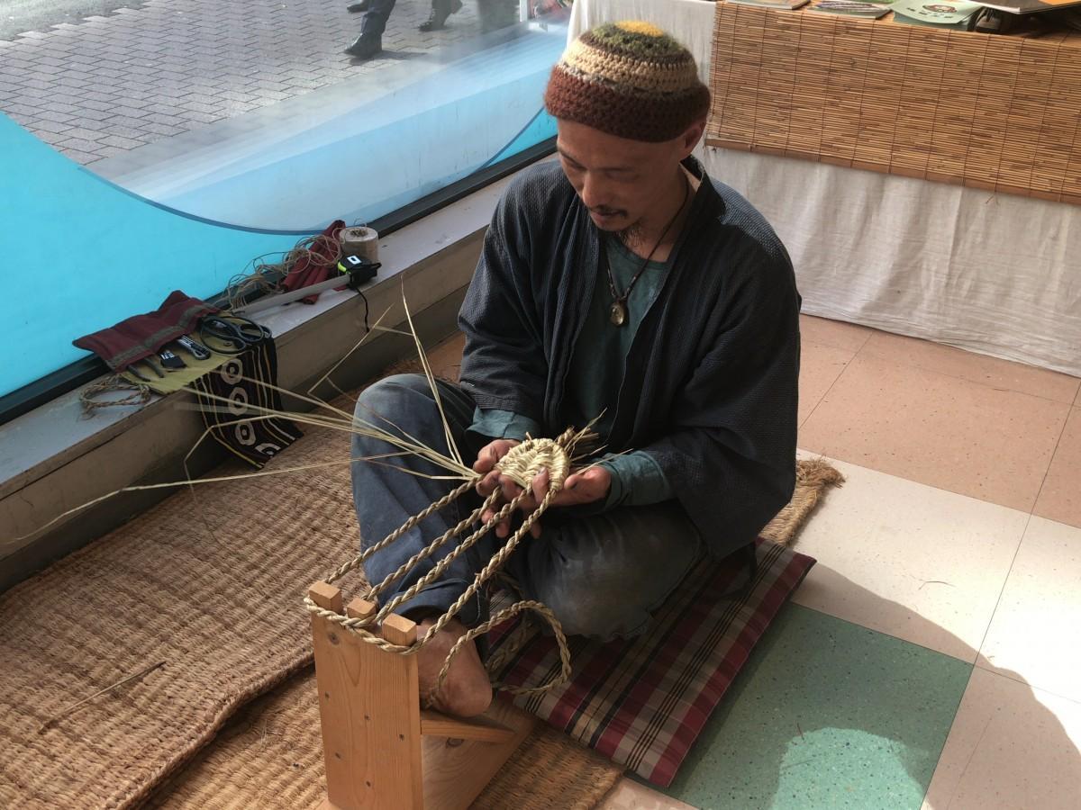 草履を編む寺田真也さん