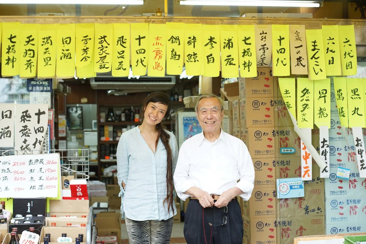 店頭で販売をする飯岡愛さん(左)と2代目社長(右)