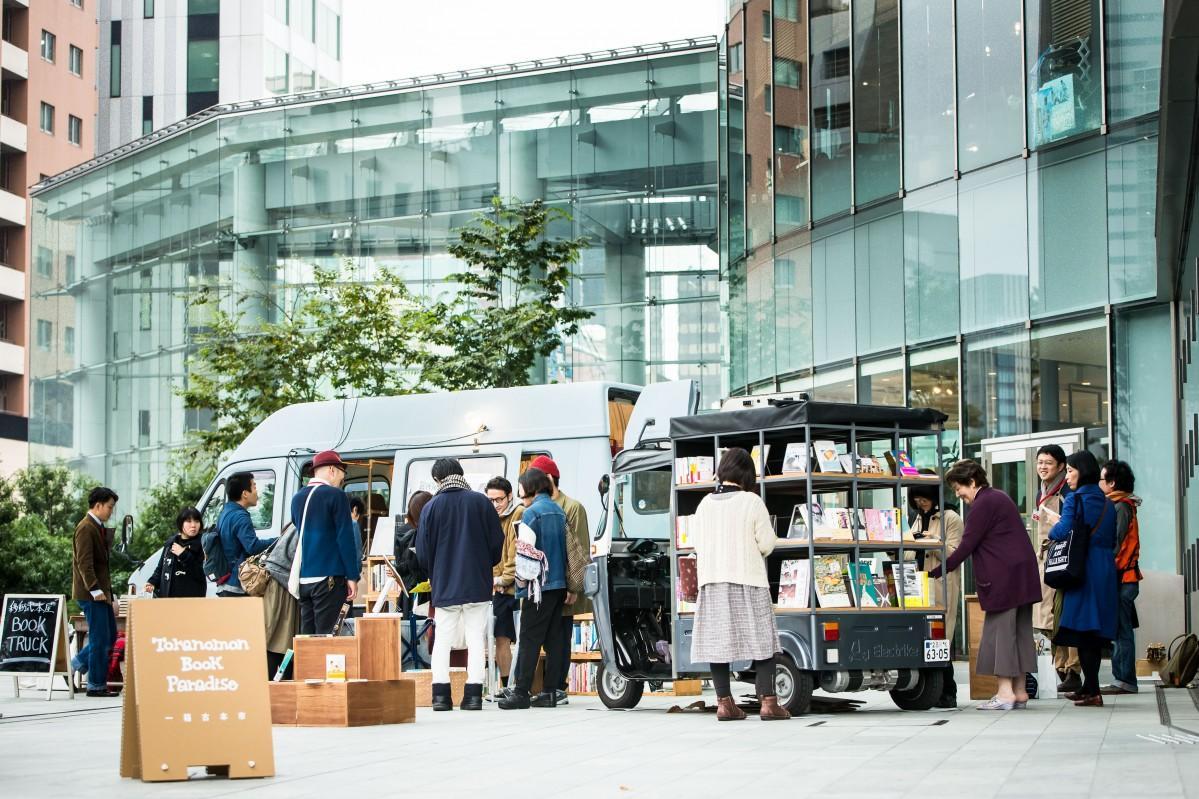 オーバル広場には移動書店車も出店する