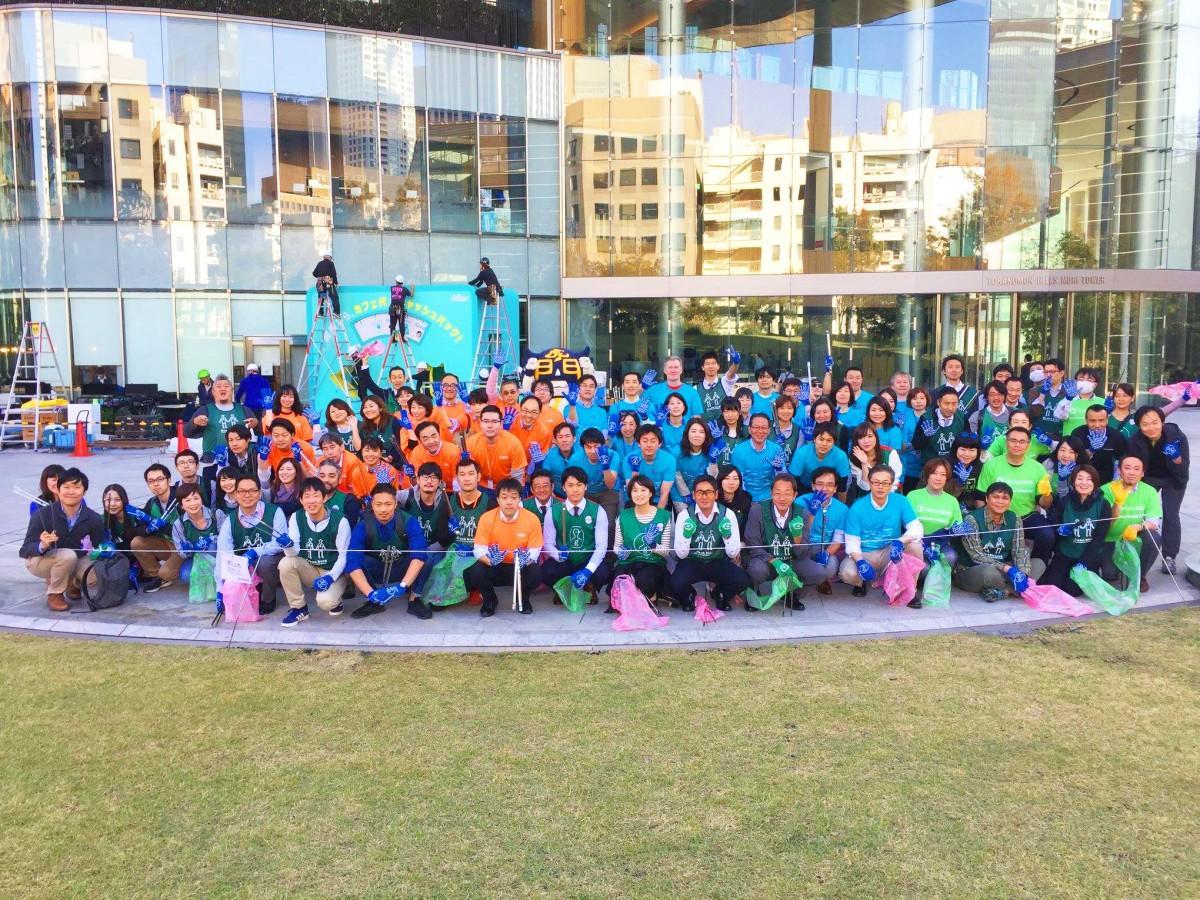 オーバル広場に集まった10月25日の参加者