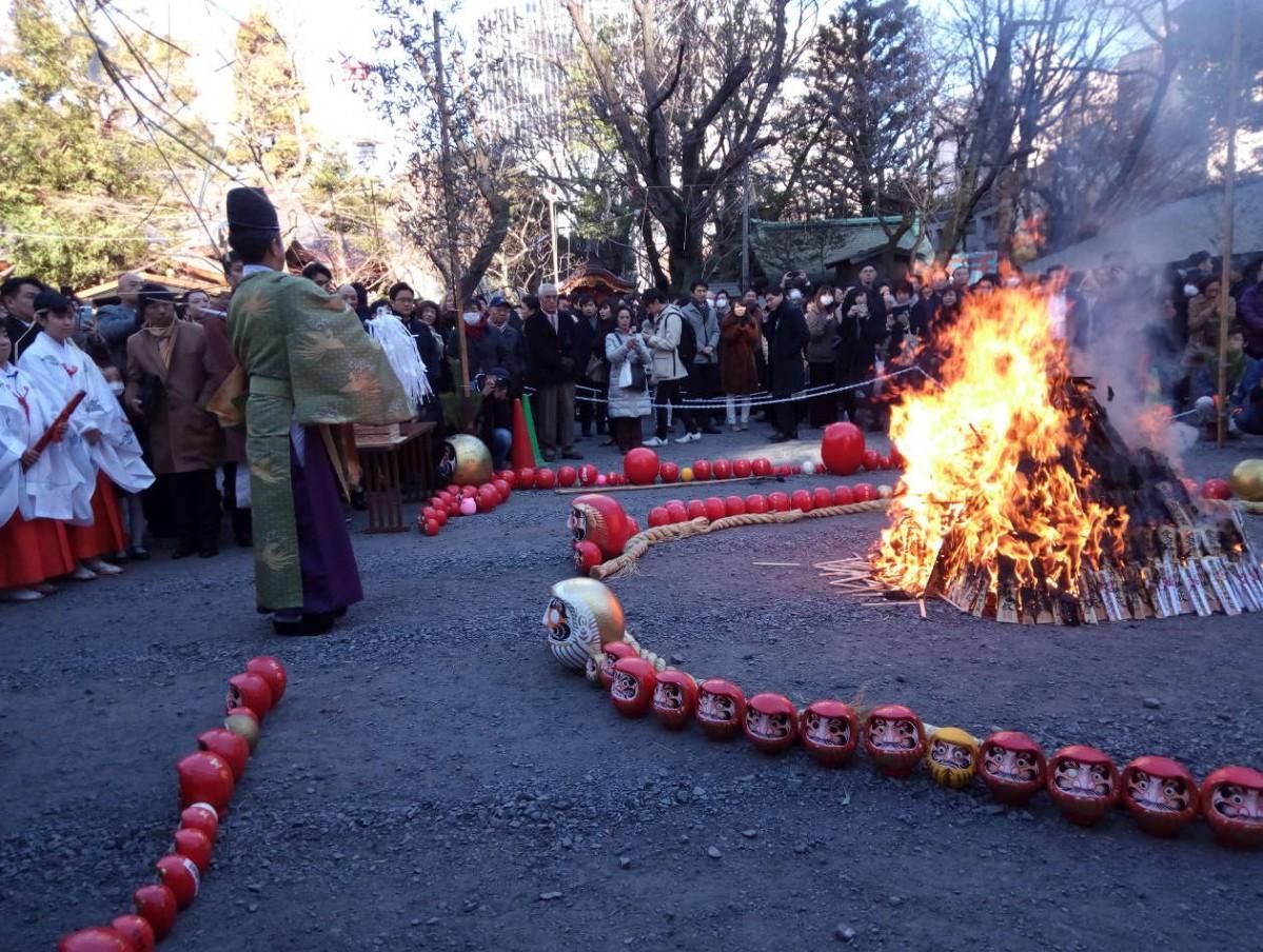 境内で正月飾りや古いお守り、だるまなどを焚き上げる様子