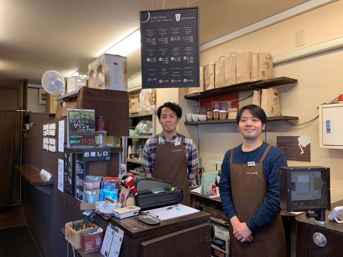 コーヒー専門店「やなか珈琲」西新橋店のショップリーダー澁谷秀幸さん(左)とスタッフの池原安志さん(右)
