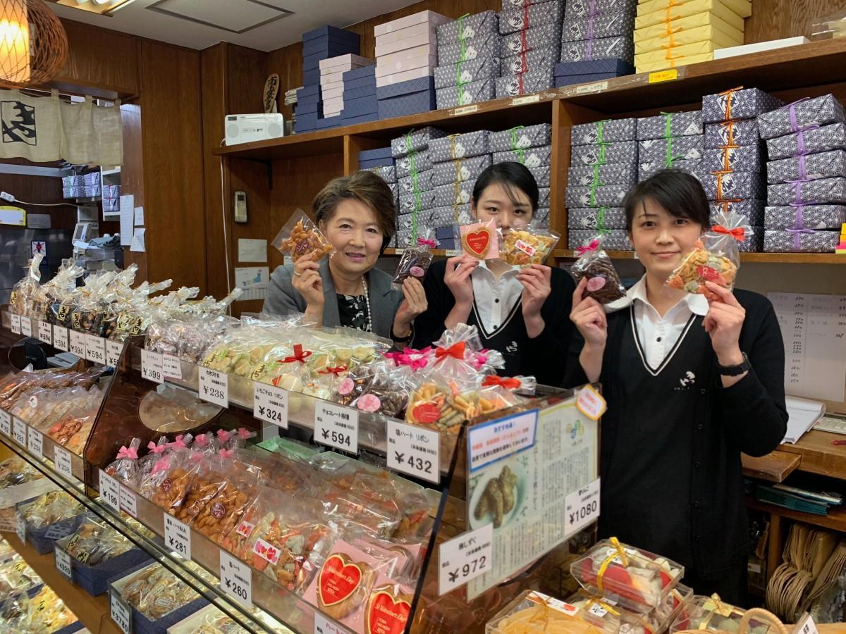 限定商品と専務の森田真佐子さんとスタッフの皆さん