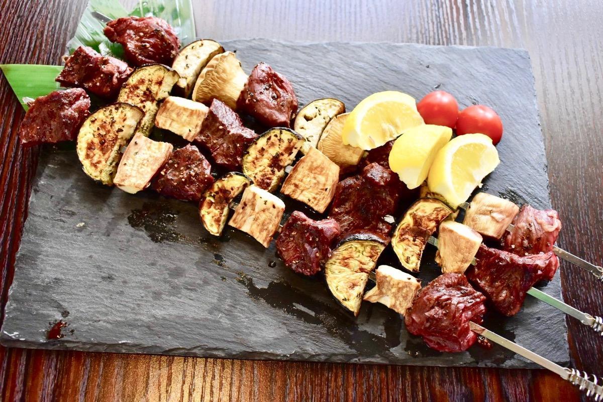 食べ放題コース限定で提供する肉串