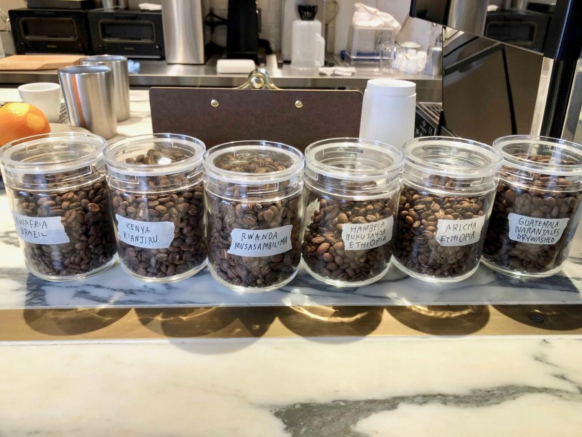 カウンターに並ぶ、産地の異なる「ハンドドリップコーヒー」