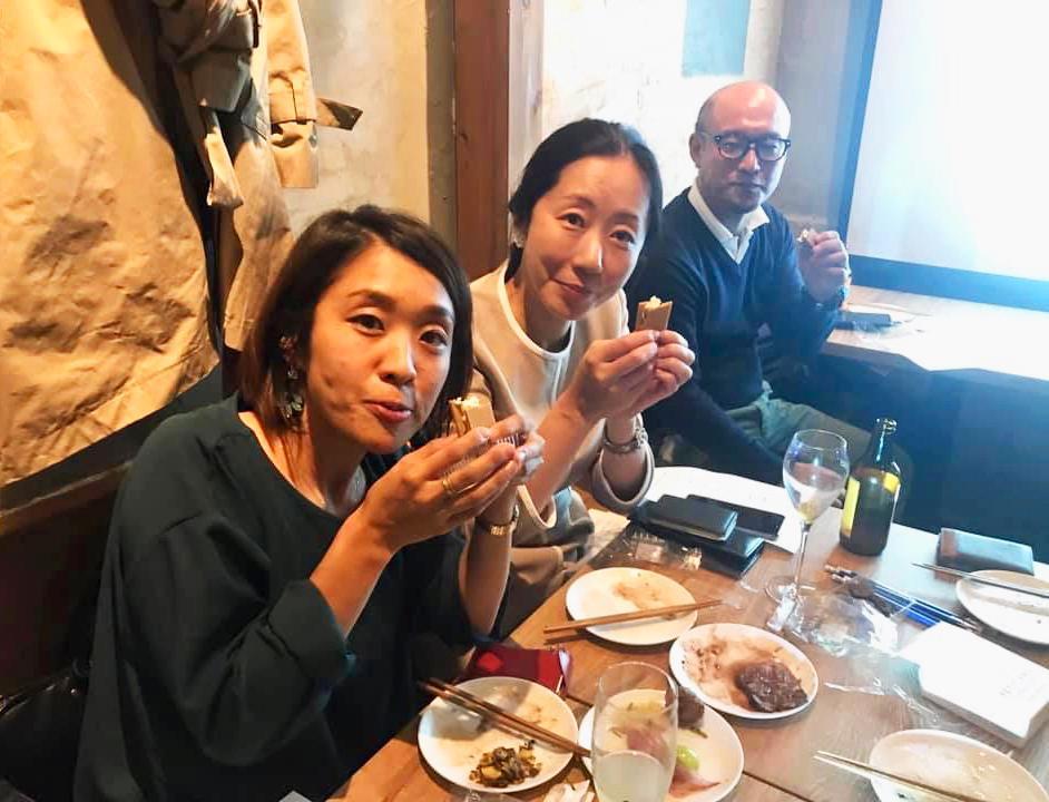 小布施町の食材を使った料理を味わう参加者たち