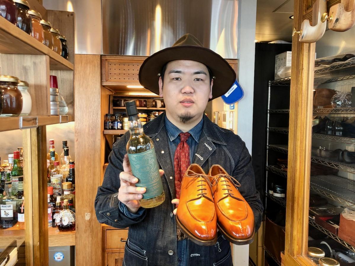 オリジナルウイスキー「Brift H」を右手に持つ店長の赤塚誠さん