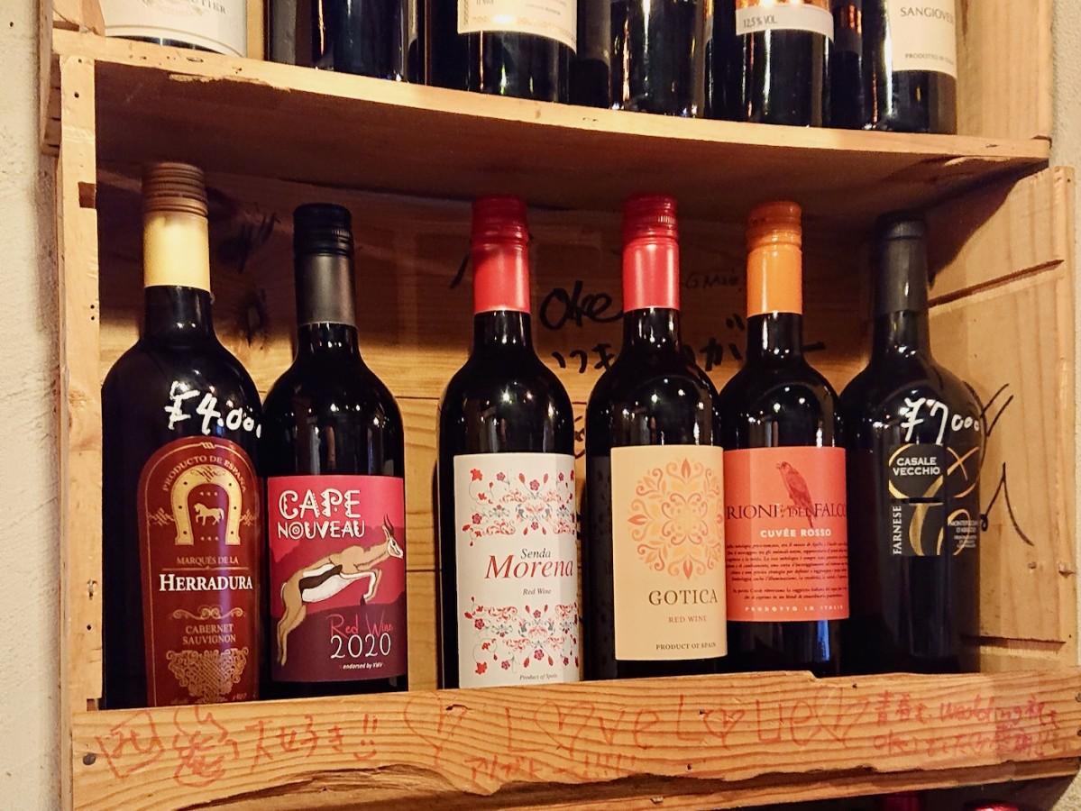 ワインが並ぶ店内