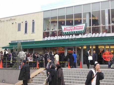 オープンから1カ月が経過した「クリスピー・クリーム・ドーナツ」では今も行列が絶えない
