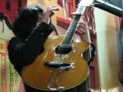 新宿発のミュージシャン「音更」、ソロで路上ライブを敢行