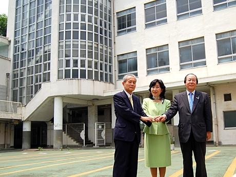 「旧四谷第5小学校」の中庭で、街・行政・企業が歌舞伎町を盛り上げようとタッグを組む。左から新村代表、中山区長、吉野社長