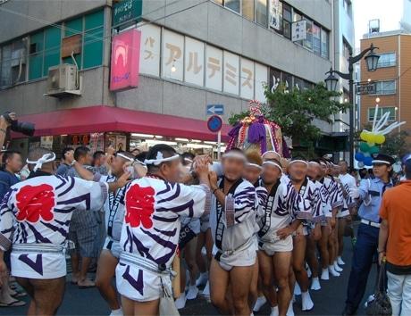 東京レインボー祭りの名物の「酒樽御輿」