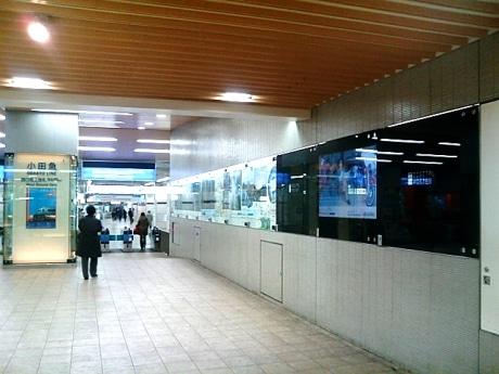 デジタルポスター(黒い部分)は小田急線新宿駅西口地上改札口にむかう通路に設置してある