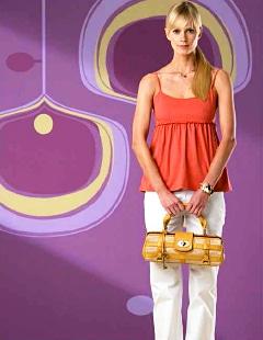 直営店ではNINAストローバッグ(44,100円)など、日本初展開となる革小物、バッグ、時計などを取りそろえる
