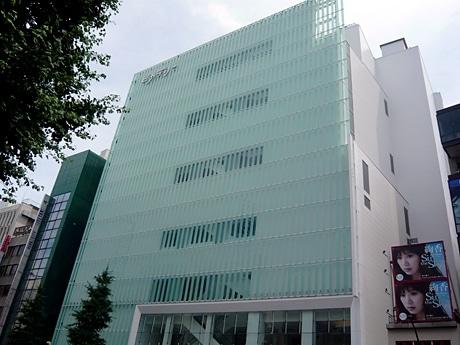 ピュアホワイトとガラスを基調としたデザイン。コンセプトは「真っ白なシアター」