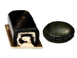 食用竹炭で着色された「男のティラミスロール」と「ブラックマカロン」