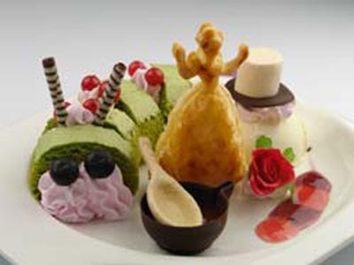 「いもむしおじさんのロールケーキと小さくなったアリスのお茶会セット」(900円)