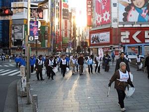 2007年に行われた年末恒例「新宿年末クリーン大作戦」の様子