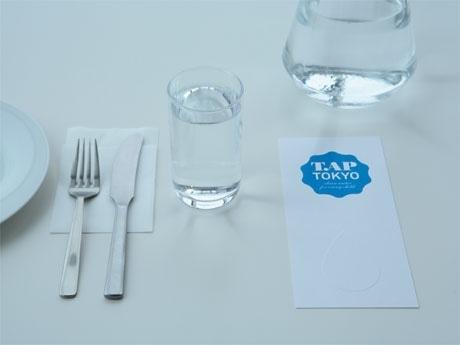 各テーブルに置かれる「TAP TOKYO」ロゴ入りカード(写真=イメージ)の上に募金をする