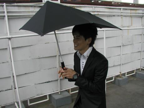 前から来る風を後ろに逃し、強風でも傘が裏返りにくい「センズアンブレラ」