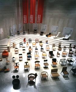 約30脚の椅子が展示されている