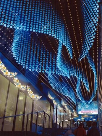モザイク坂に登場する青と白の「風のトンネル」
