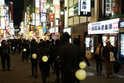 新宿に全身黒タイツのホタル軍団-人文字で応援メッセージ贈る