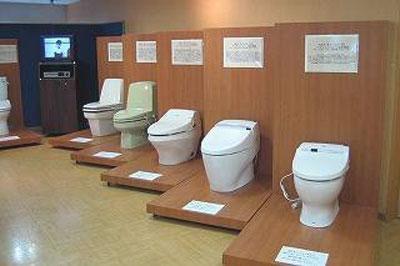 「TOTOトイレ博物館」には明治期~現在までの代表的な便器が並ぶ(イメージ)
