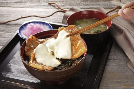 「ドライブインいとう」の「とろーり北海道チーズ豚丼」(1,050円)
