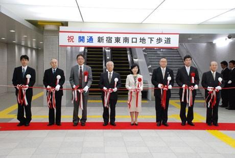 「新宿南東口地下歩道」開通式では、関係者によるテープカットが行われた©新宿区