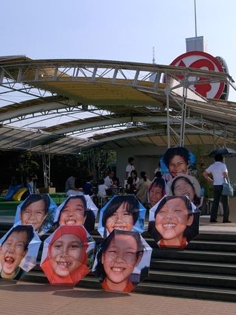 伊勢丹新宿店の屋上に飾られた「笑顔の傘」