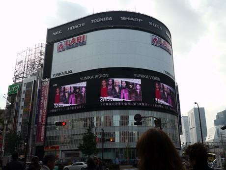 新宿東口で人気ファッションブランドのショーを放映するユニカビジョン