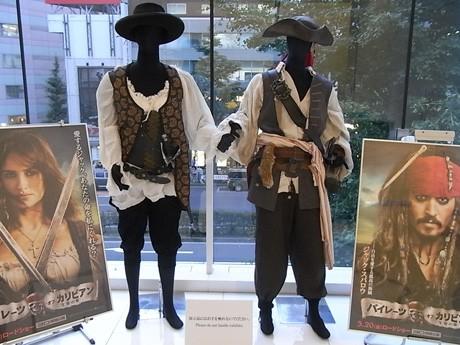 撮影で実際に使われた「ジャック・スパロウ」と「アンジェリカ」の役衣装 ©Disney Enterprises, Inc. All rights Reserved.