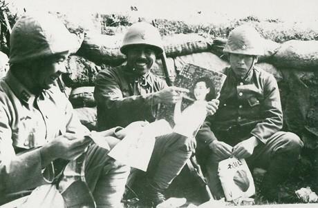 「慰問袋を受け取って」戦地での何気ない兵士の様子を伝える小柳さんの写真