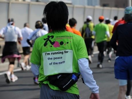「東京マラソン2011」でのチャリティーランナーの様子 ©東京マラソン財団