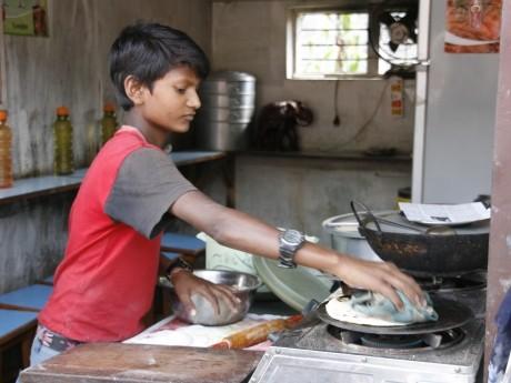 カトマンズのレストランで働く子ども
