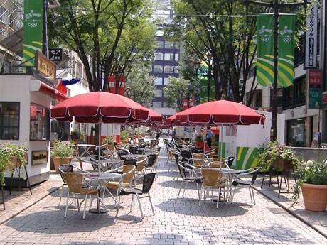 約7年間の社会実験を経て、オープンカフェが常設されることになったモア4番街。本格実施の際には、緊急車両の通行などを考慮し、道路の片側3メートルが空けられるという