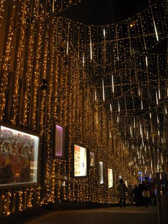 「流れ星が織りなすオーロラ」をイメージしたというモザイク坂の天井装飾